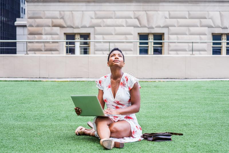Amerykanina Afrykańskiego Pochodzenia studenta collegu studiowanie w Nowy Jork fotografia stock