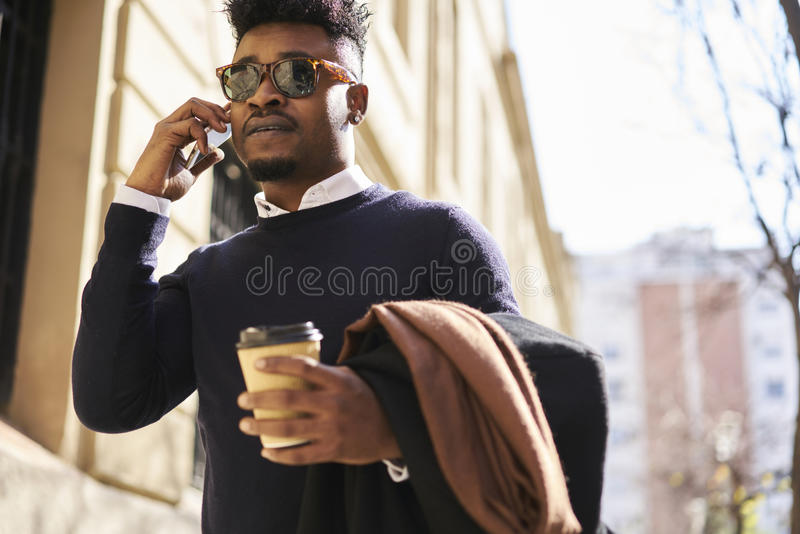 Amerykanina afrykańskiego pochodzenia uczeń dzwoni kolega dyskutuje kreatywnie pomysły dla projekta szkoła biznesu używać telefon fotografia stock
