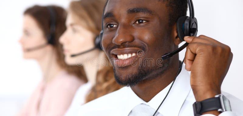 Amerykanina afrykańskiego pochodzenia wywoławczy operator w słuchawki Centrum telefoniczne biznes lub obsługi klienta pojęcie zdjęcie royalty free