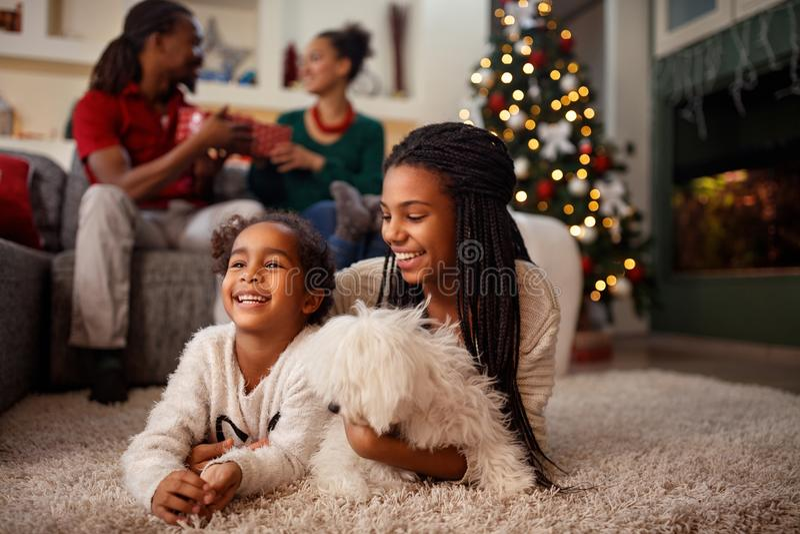 Amerykanina dziecko dla wigilii z rodziną w domu fotografia royalty free