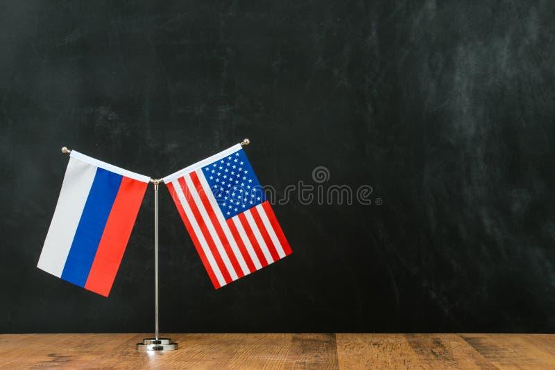 Amerykanina i rosjanina flaga na flagpole zdjęcia stock