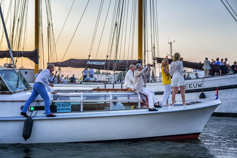 Amesterdã, Países Baixos, 22/08/2015: Festival Sail Amsterdam Barcos e navios nos canais da cidade ao pôr do sol imagem de stock