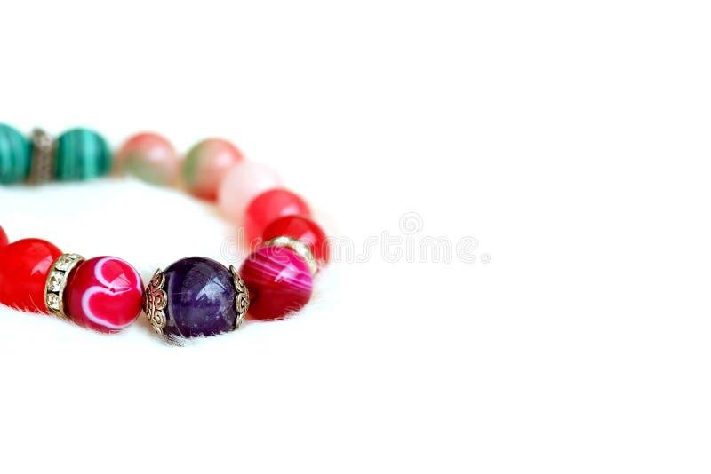 Amethist en de roze steen van het toon gelukkige agaat op witte wolachtergrond royalty-vrije stock foto's