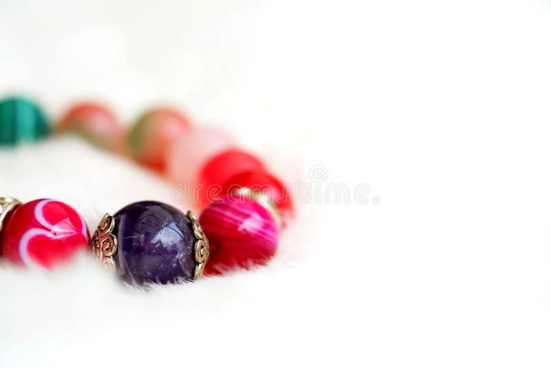 Amethist en de roze steen van het toon gelukkige agaat op witte wolachtergrond stock afbeeldingen