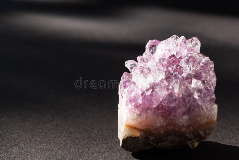 Amethystkristallmineral auf schwarzem Hintergrund lizenzfreie stockfotos