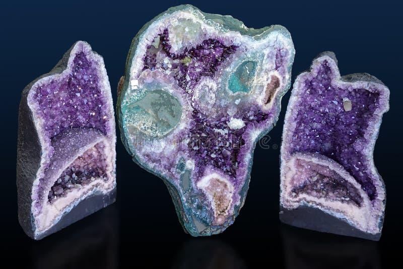 Ametistkristaller i natur Geodkristaller fotografering för bildbyråer