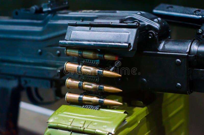 Ametralladora con la munición foto de archivo
