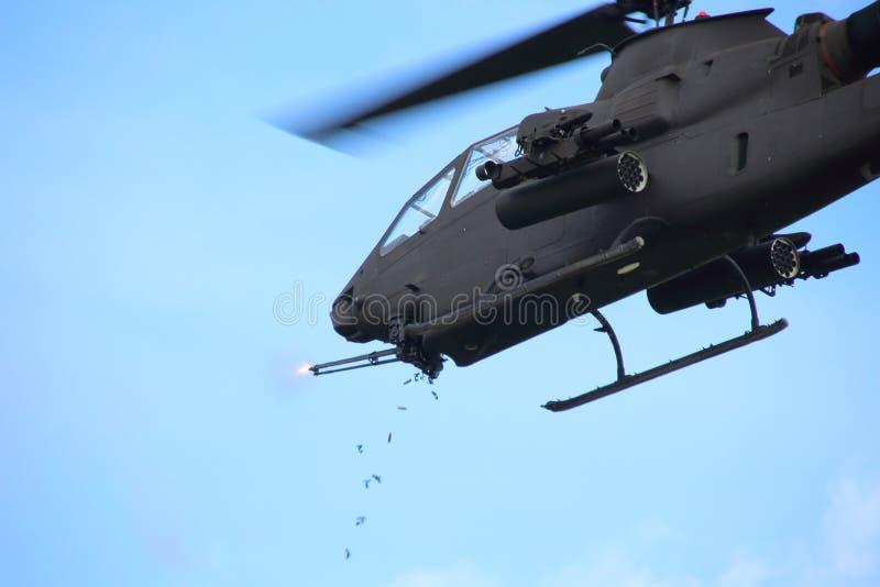 Ametralladora del fuego del helicóptero imagenes de archivo