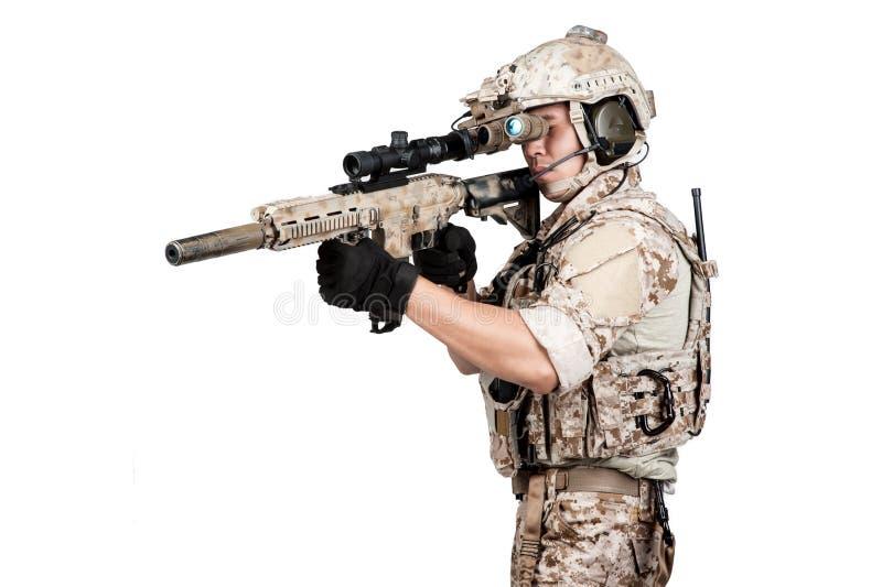 Ametralladora llena del control de la armadura del hombre del soldado fotos de archivo
