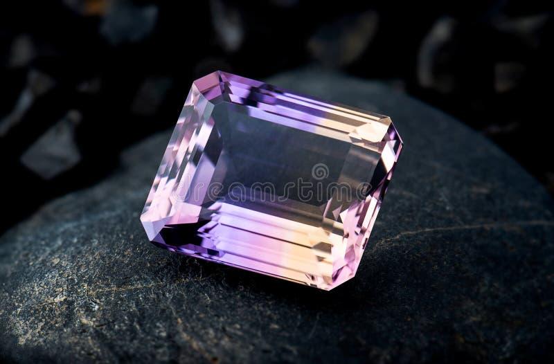 Ametrin gemstone biżuteria z czerń kamienia tłem i zmroku oświetleniem obraz royalty free