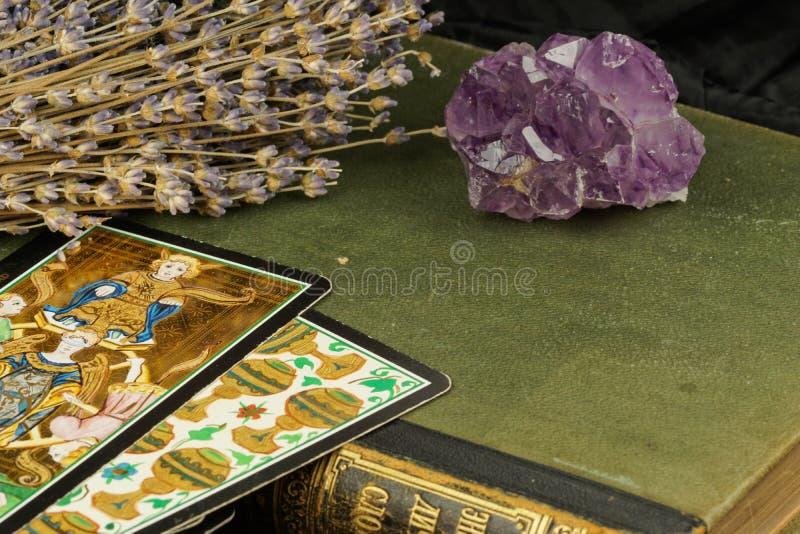 Ametyst na zielonej książce lawendzie i tarot, zdjęcie royalty free