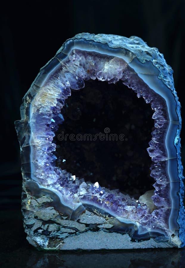 Ametyst - purpurowa kwarcowa geoda zdjęcie royalty free