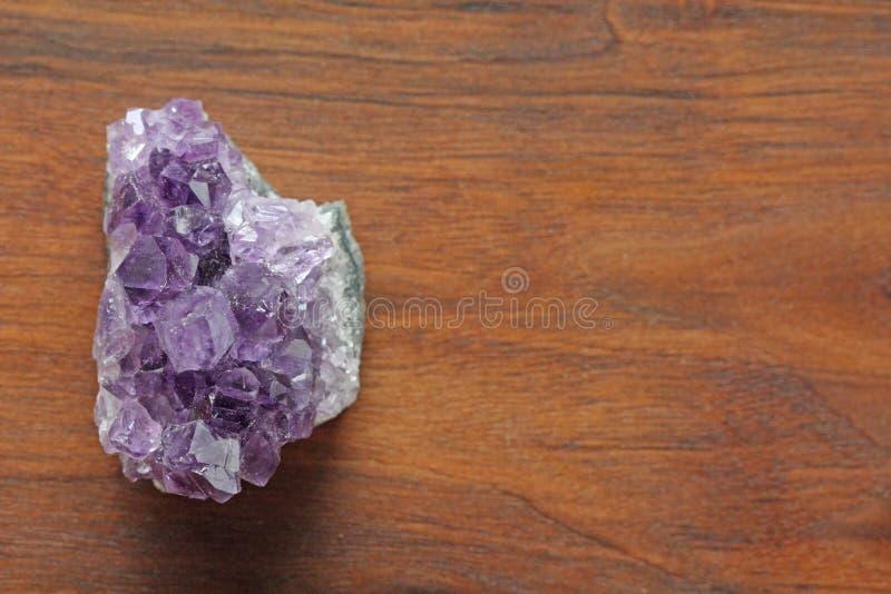 ametysta kamień Naturalni Ametystowi kamienie kopaliny na backgro fotografia royalty free