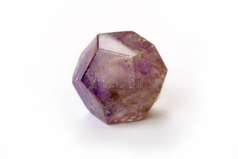 Ametystowy dodekaedr odizolowywający na białym tle obraz royalty free