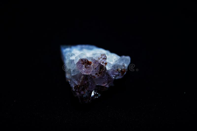 Ametystowy krystaliczny purpurowy kwarcowy kryształ obraz stock