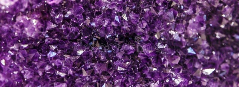 Ametystowy purpurowy kryształ Kopalni kryształy w naturalnym środowisku Tekstura cenny i semiprecious gemstone obrazy royalty free