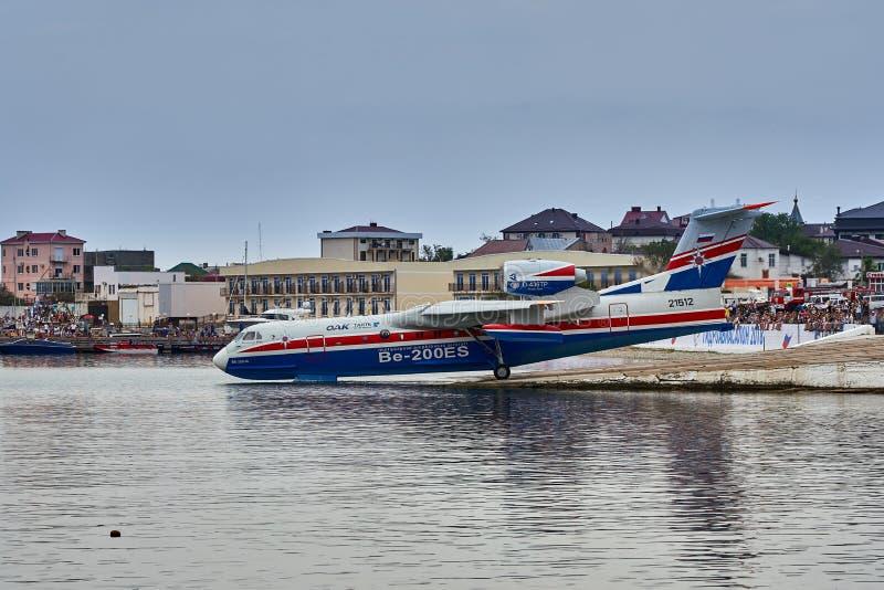 Amfibiska flygplanet som kan användas till mycket Beriev Be-200ES för ryss samlar vatten och förbereder sig att ta av från den sl arkivbild