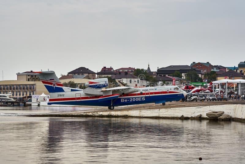 Amfibiska flygplanet som kan användas till mycket Beriev Be-200ES går tillbaka för att basera efter demonstrationsflyg över det B royaltyfri fotografi
