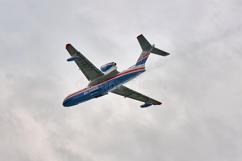 Amfibiska sjöflygplanet den som kan användas till mycket för den flygplanBeriev Be-200ES brandmannen tappar demonstated vatten arkivbild