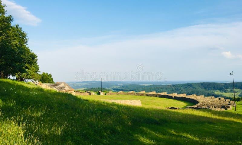 Amfiteater av Porolissum den roman castrumen fr?n Transylvania, Rum?nien fotografering för bildbyråer