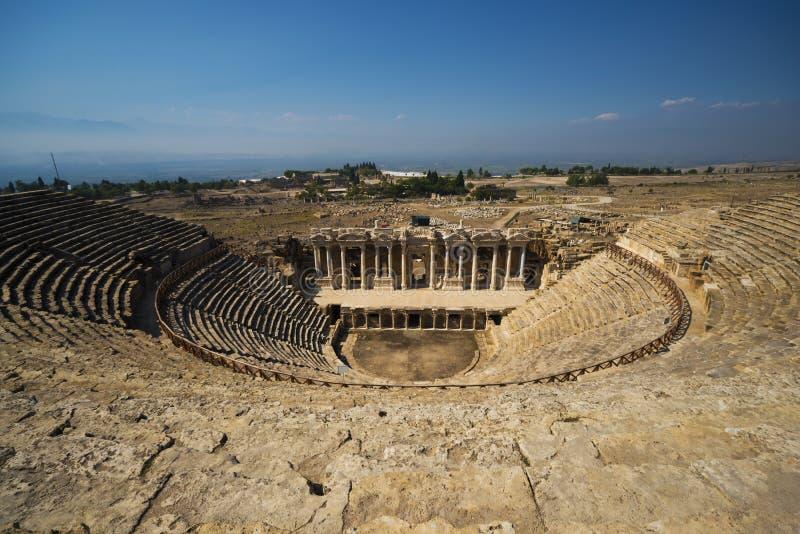 Amfiteater i forntida Hierapolis, Pamukkale, Turkiet royaltyfria foton