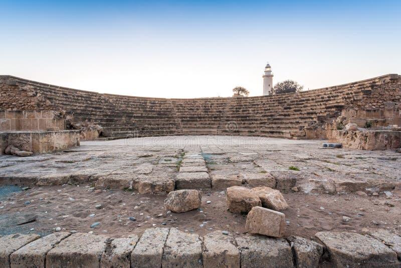 Amfiteater och fyr i historiska Paphos, Cypern arkivfoto