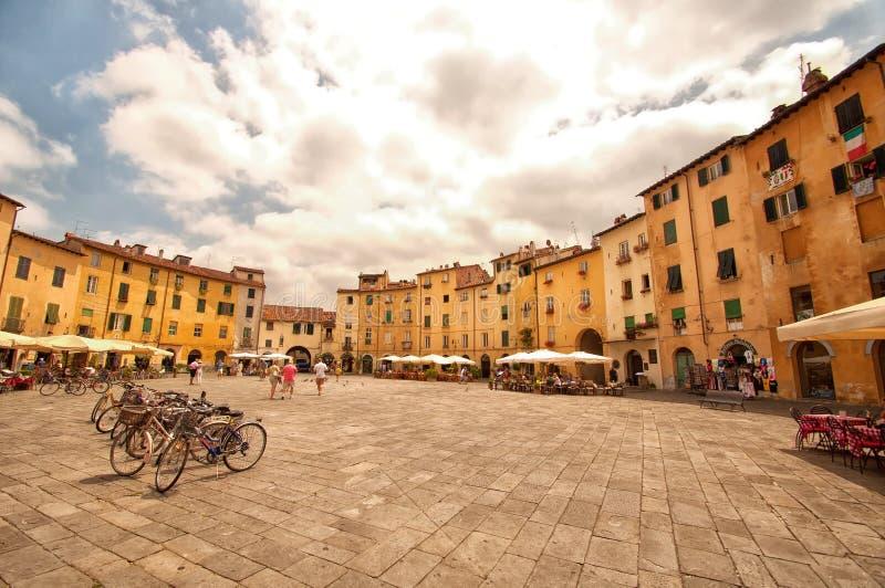 Amfiteaterfyrkant i Lucca, Italien