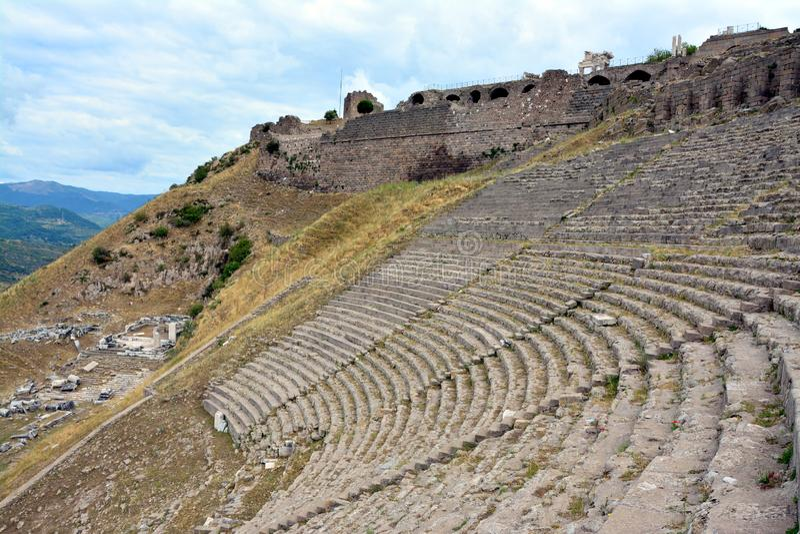 Amfiteatern i fördärvar av den forntida staden av Pergamon, Turkiet royaltyfri fotografi