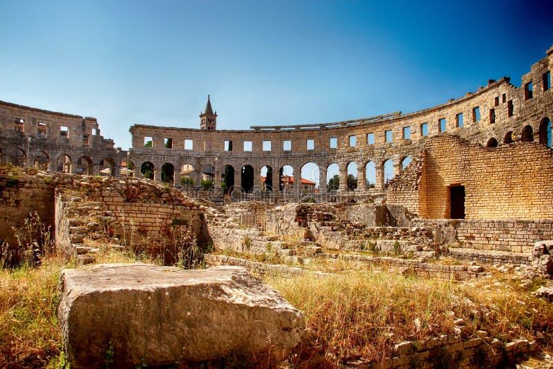 Amfitheater in Pula Er zijn blauwe hemel en stenenmuren royalty-vrije stock afbeelding