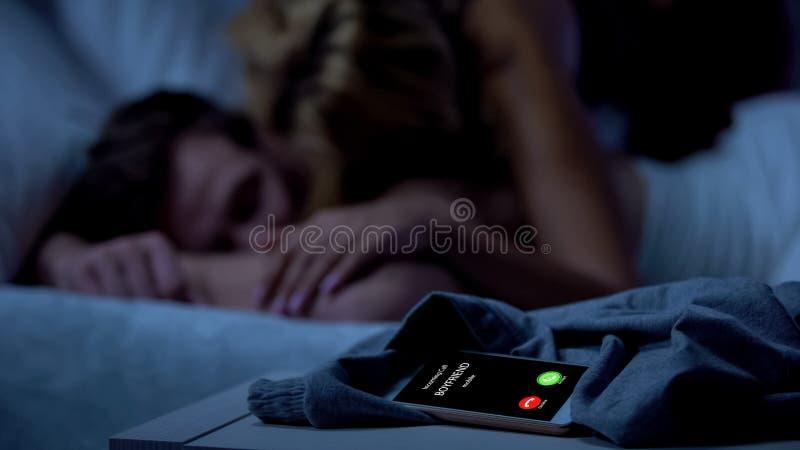 Ami appelant, femme trichant avec l'amant, relations injustes, trahison photographie stock libre de droits