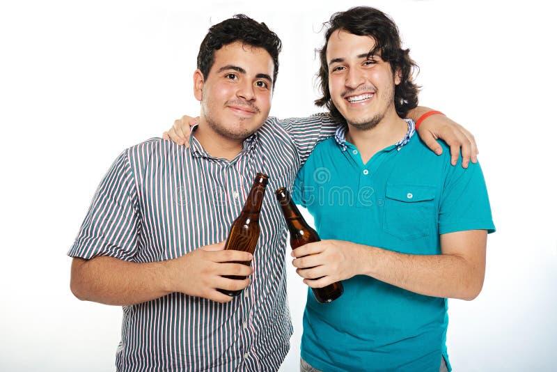 Ami deux de sourire avec de la bière images stock