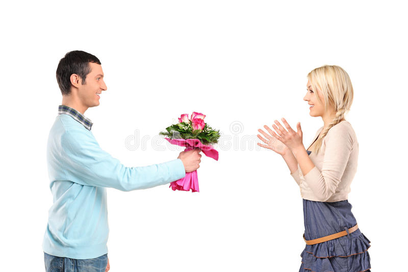 Ami donnant des fleurs à sa amie photo stock