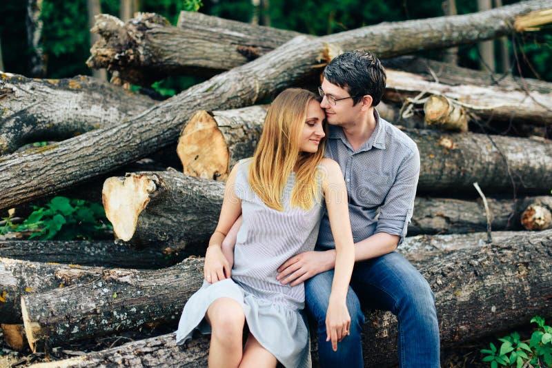 Ami et amie, couple affectueux marchant et embrassant au coucher du soleil dans les mestres ruraux sur la nature photos stock