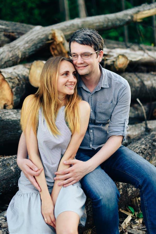 Ami et amie, couple affectueux marchant et embrassant au coucher du soleil dans les mestres ruraux sur la nature image stock