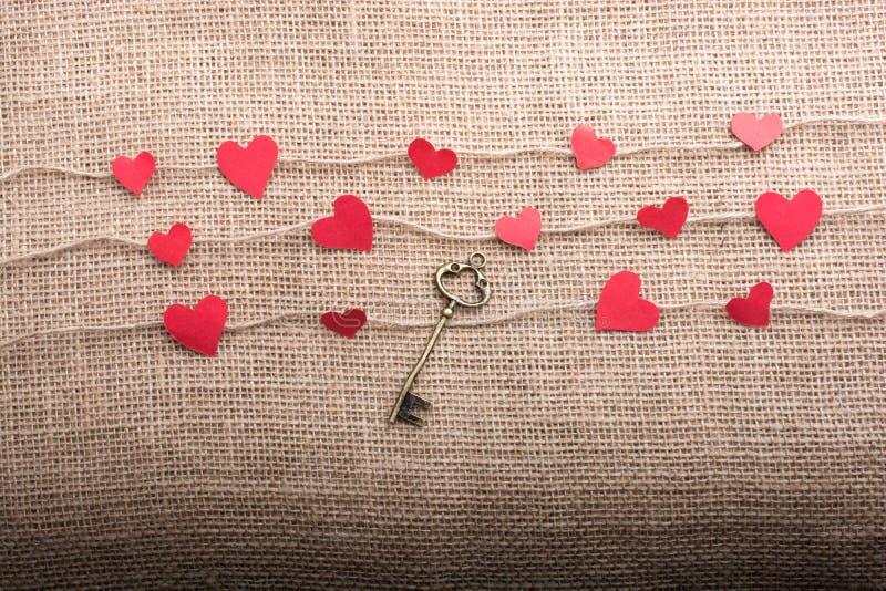 Ami il concetto con le icone a forma di cuore sui fili fotografia stock