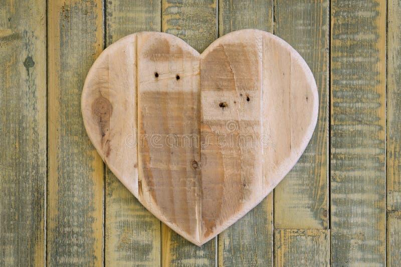 Ami il cuore di legno dei biglietti di S. Valentino su fondo dipinto verde chiaro fotografie stock libere da diritti