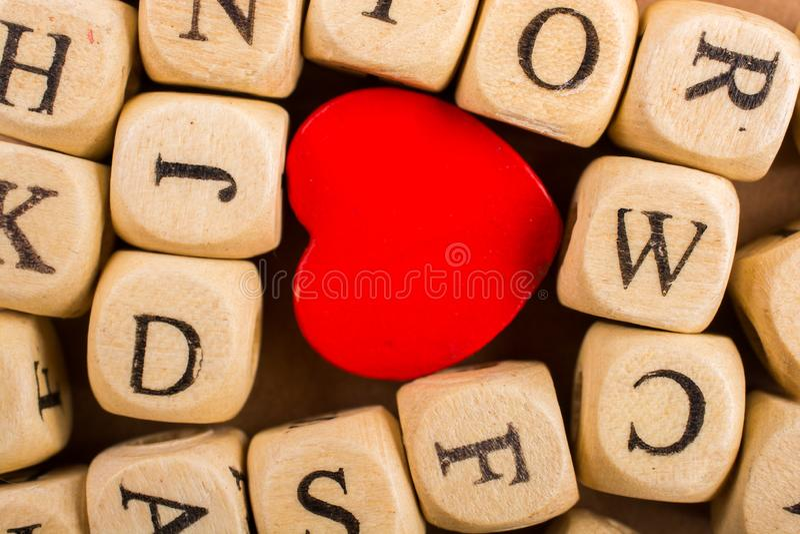 Ami l'icona e segni i cubi con lettere del fatto di di legno fotografia stock