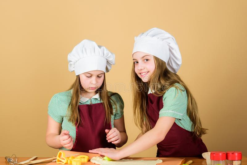 Ami l'odore di cottura del pane La casa di cottura delle bambine ha prodotto la pasticceria Piccoli bambini che usando farina e l fotografie stock
