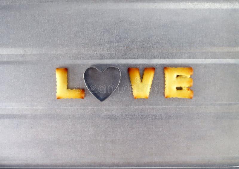 Ami la parola, lettere dei biscotti del biscotto con il cutte del biscotto a forma di cuore fotografie stock