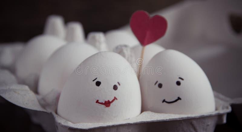 Ami le coppie delle uova con cuore nella scatola immagine stock libera da diritti