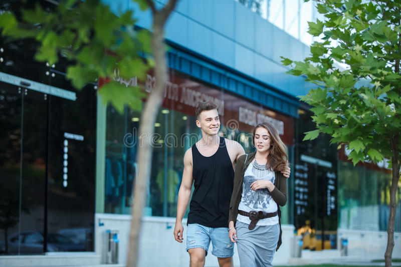 ami le giovani coppie su una passeggiata nella città fotografie stock
