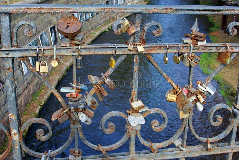 Ami le serrature nella fine su su un ponte sopra il fiume, Vilnius, Lituania fotografia stock libera da diritti