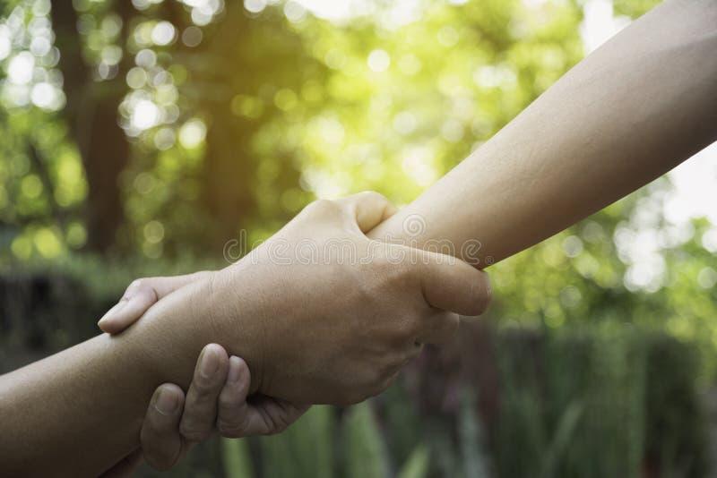 Ami tenant des mains ensemble ? ext?rieur Main se tenant entre les coll?gues Concept d'amiti? et de travail d'?quipe photographie stock