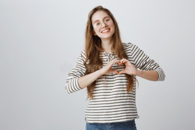 Amica di amore e preoccupantesi le che mostra affetto Ritratto della donna affascinante nella relazione che indossa i vetri d'ava fotografie stock libere da diritti