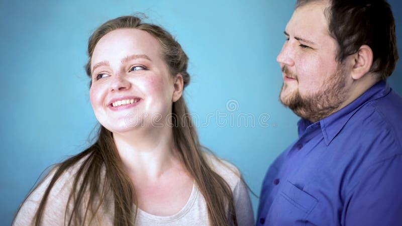 Amica di fabbricazione maschio di peso eccessivo di complimento, felicità ritenente, buone emozioni fotografie stock libere da diritti