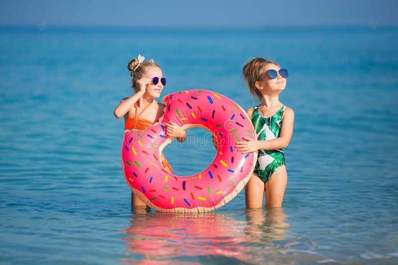 Amiche allegre che bighellonano sulla vacanza immagini stock libere da diritti