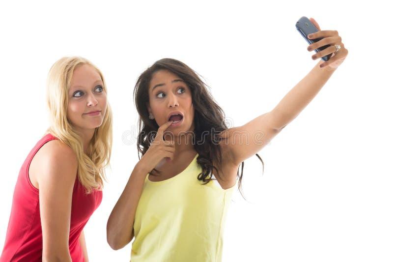 Amiche che prendono selfie fotografie stock