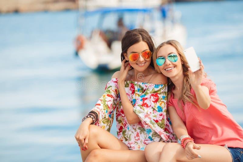 Amiche felici vicino al mare fotografia stock libera da diritti