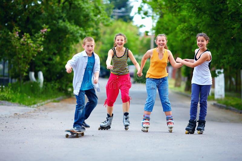 Amici adolescenti felici che giocano all'aperto fotografia stock