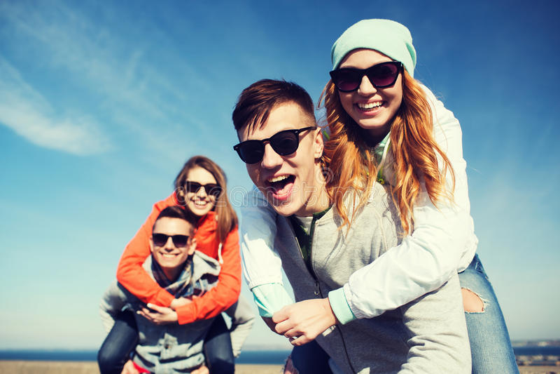 Amici adolescenti felici divertendosi all'aperto immagini stock